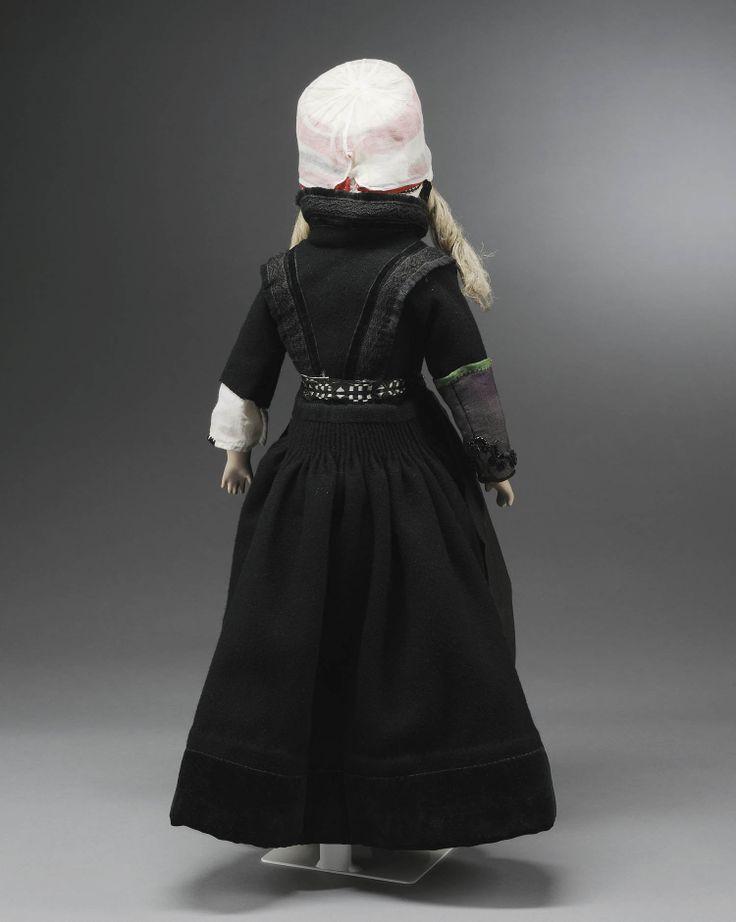 Miniatuurpop gekleed als 'zwarte bruid' op Marken. #NoordHolland #Marken