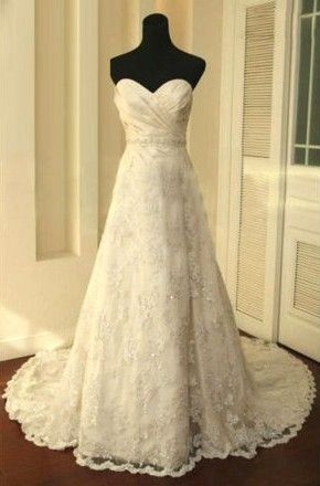 Sweetheart neckline and lace; so gorgeous!