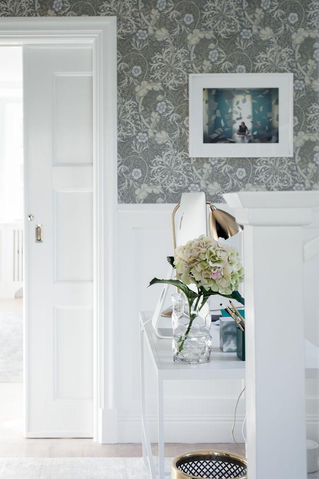 I sovrum 2 föreslår vi den här snygga tapeten från William Morris. Man kan antingen måla dörrar, foder och lister gråa eller vita, det är vilket man föredrar.