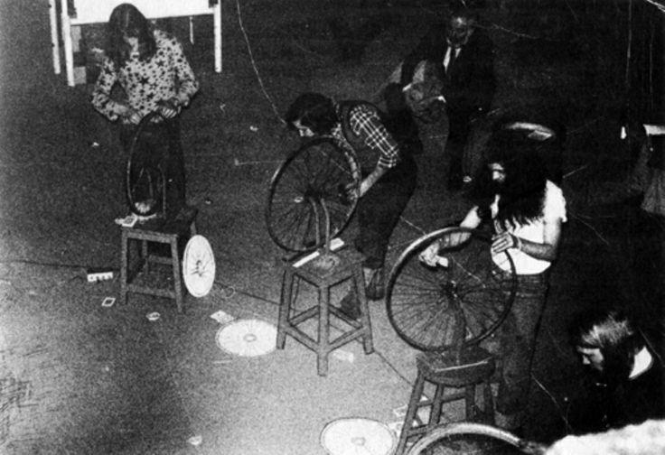 Performance dell'ensemble di performer britannico COUM Transmission usando le ruote di Duchamp