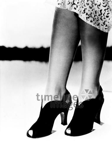 Damen - Schuhmode 1937: Schwarze Pumps ullstein bild - ullstein bild/Timeline Images #30er #black #white #schwarz #weiß #Fotografie #photography #historisch #historical #traditional #traditionell #retro #vintage #nostalgic #Nostalgie #Schuhe #shoes #Schuhmode #Damenschuh #Frauenschuh #Damenmode #Frauenmode #Stil #Absatzschuhe