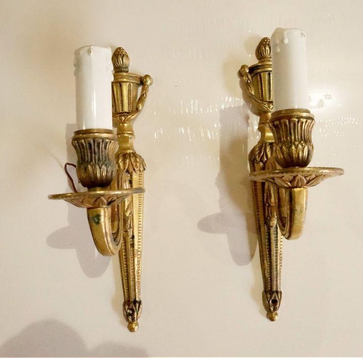 Preciosa pareja de apliques franceses de bronce estilo Imperio de mediados del siglo pasado. Ideales para dar un toque personal y antiguo a cualquier rincón de casa, de la entrada al dormitorio, del baño al salón. Realizados en bronce, en forma de candelabro de un brazo y acabado con imitación de vela en plástico. Los …