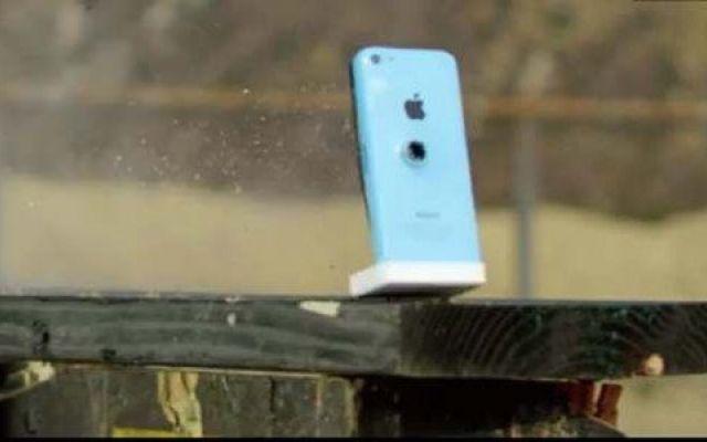 Gran Bretagna: iPhone salva la vita ad un ragazzo In Gran Bretagna un iPhone 5c ha salvato la vita di un ragazzo di venticinque anni colpito da un proiettile sparatogli al petto per ucciderlo.  Il colpo è stato sparato da un vicino, che ha cercato  #iphone #granbretagna #salvalavita