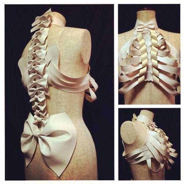 骨の構成パーツをファッションに置き換えた芸術作品「肋骨ブラウス」。イラスト作品からフォトグラファーが具現化し、ネット上で反響を呼んでいる。バックには頚椎や脊椎、肩甲骨、腰椎、腸骨、仙骨までもが再現されている