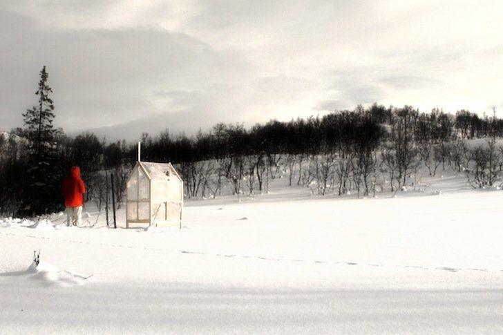 Refugio de pesca portátil con muros de hielo, por Gartnerfuglen