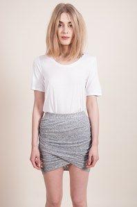 Milo från danska Six Ames är en snyggt draperad, tight och kort kjol i ett gråmelerat elastiskt tyg. Den assymetriska framsidan är en fin detalj, och gör att denna kjolen enkelt går att klä upp och ner.