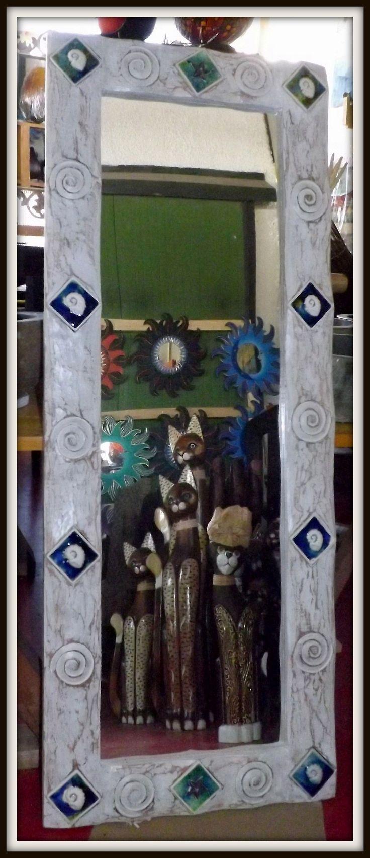 Specchio in legno con intarsi e rifiniture in ceramica! Colore bianco decapato. Realizzato completamente a mano. Le piccole imperfezioni che si possono riscontrare sono la garanzia di un oggetto lavorato a mano. Dimensioni: CM 140x55x3 spesso.Cornice cm 10.