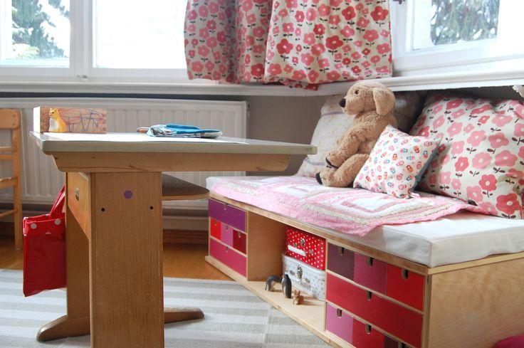 3000円以下の値段で手に入る、IKEA(イケア)のミニチェスト「MOPPE」。無塗装の木材でできたミニ引き出しです。シンプルな機能と見た目だからこそ、汎用性が高くDIYがしやすい優れもの素材です。収納力抜群のおしゃれなインテリアとして、色々な使い方ができます。小回りの利く家具「MOPPE」を使った驚きのリメイク方法をご紹介します! | ページ2