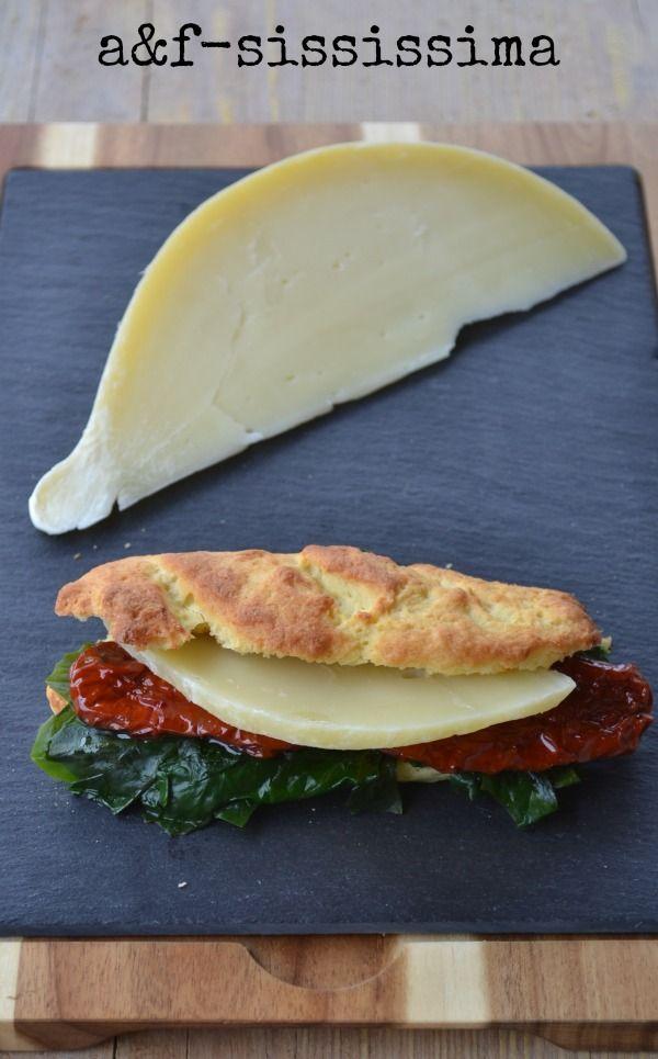 acqua e farina-sississima: pane di patata con cicoria, pomodori secchi e caciocavallo