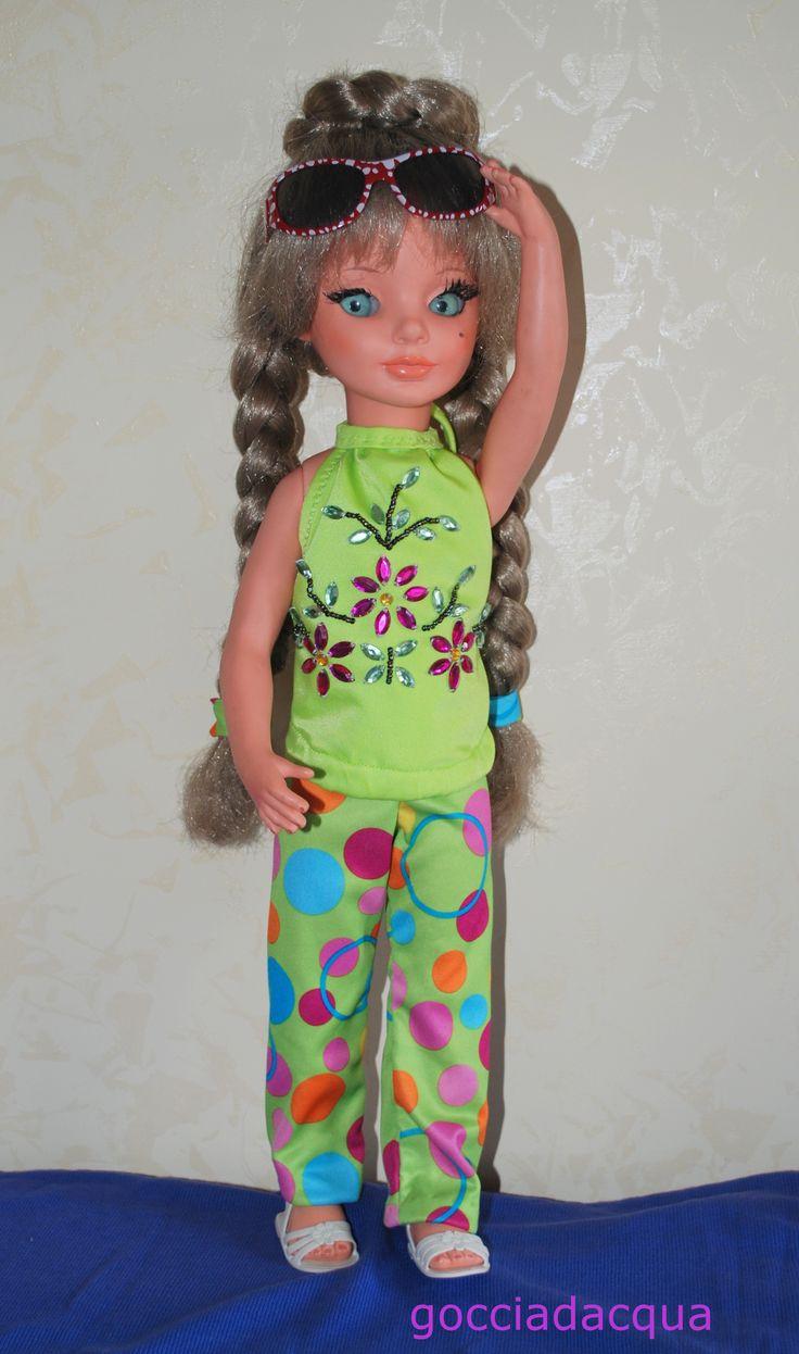 Questa Simona un po' particolare -trecce lunghissime e sopracciglia tratteggiate- indossa un coloratissimo completo top gioiello + fuseaux multicolor