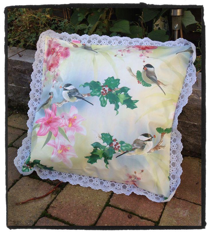 #kussen van #tafelzeil met vogeltjes en plastic kanten randje. Fleur je #loungeset op deze winter. Deze kussens kan je gewoon buiten laten liggen. www.stiksels.com