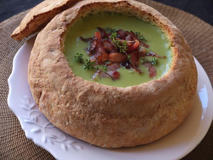 La focaccia ('hogaza' en italiano) es una especie de pan plano cubierto con hierbas y otros productos alimenticios, es un plato tradicional de la cocina italiana muy relacionado con la pizza.