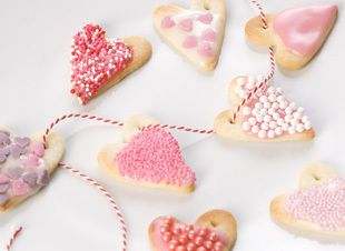 Deze traktatie is een slinger vol eetbare liefde. Bakken, versieren en rijgen maar die hartjesslinger! > http://www.flairathome.nl/zelfmaken/traktatie-zo-maak-hartjesslinger/ #diy #kids #traktatie #snoep #candy #hearts #hartjes