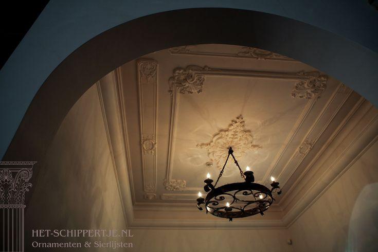 Ornamenten plafond. Rozet met passende hoekstukken.