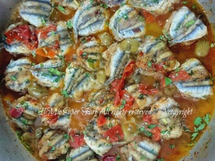 Ricetta alici a beccafico con sughetto mediterraneo. Alici o sarde imbottite, fritte e passate in un sughetto saporito che le rende succose e prelibate