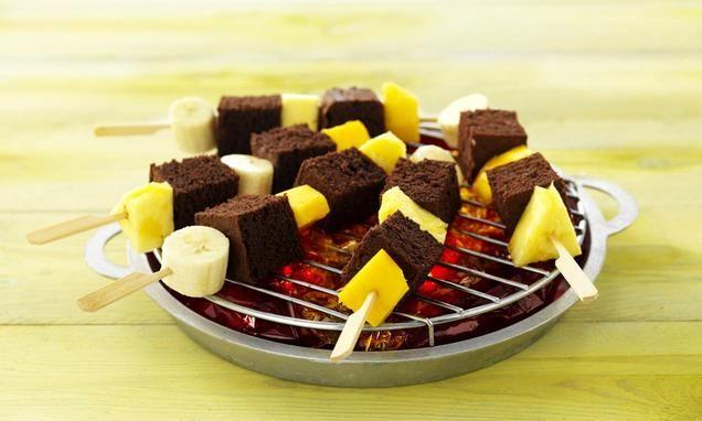 Een leuke kindertraktatie. Brownies met fruit. Gezond gecombineerd met verwennen: