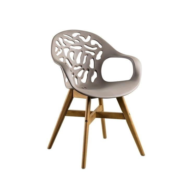 De zitting van de stoel is uitgevoerd in kunststof en verkrijgbaar in de kleuren zwart, wit en taupe. Het frame van de stoel heeft een teak look maar is van gecertificeerd hardhout. Dit maakt de stoel licht in gewicht en gemakkelijk te onderhouden. Afmetingen 62 x 55 x 84 cm, dit is de kleur taupe.