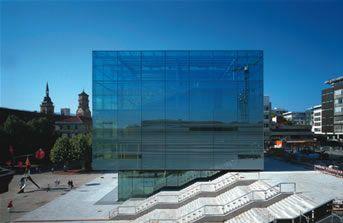 """写真は、美術館そのものが""""芸術品""""かと見まがうようなシュトゥットガルト美術館。2005年に竣工されて以来、南西ドイツにあるシュトゥットガルトの街並みを斬新に彩る一角となっています。ガラスは、AGCが供給した高断熱性のコートガラスを使用しています。"""