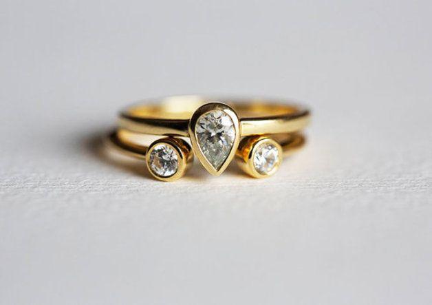 Hochzeitring-Set 0.32 Karat Birnendiamantring mit passenden Doppel-Diamant-Ring. Dieser Artikel ist handgefertigt. Es kann als ein Set oder einzeln getragen werden. Eine perfekte Wahl für Hochzeit...