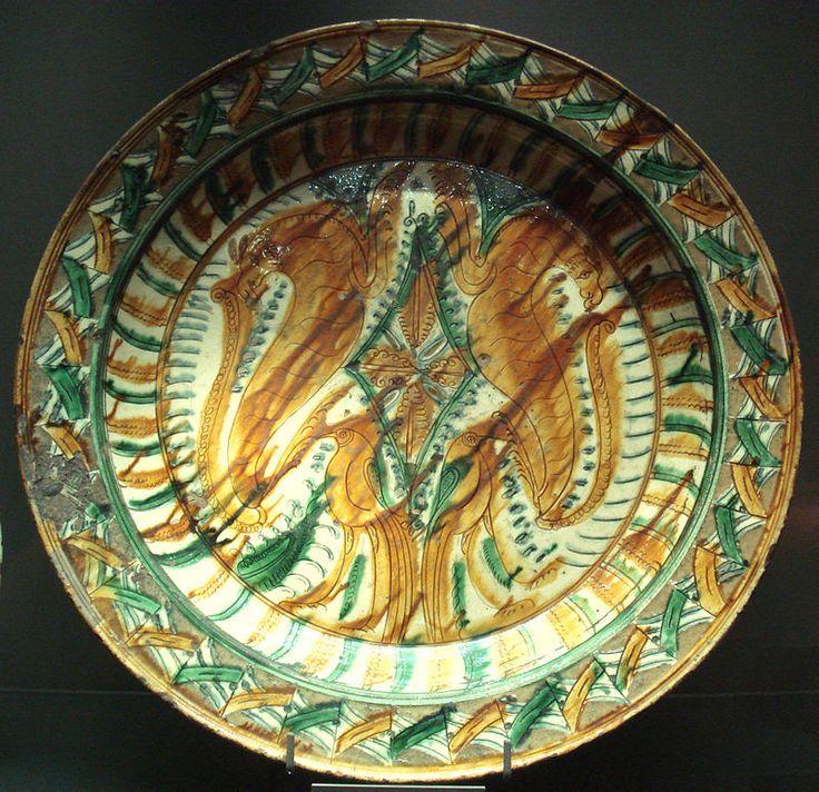 Plat sancai (« trois couleurs ») fait en Italie du nord, vers le milieu du XVe siècle. Musée du Louvre