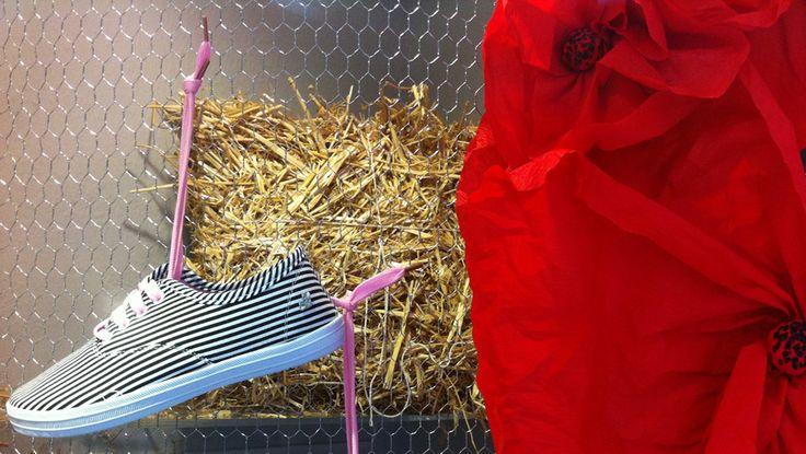Πασχαλινή διακόσμηση βιτρίνας καταστήματος παπουτσιών. Δείτε περισσότερα έργα μας στο  http://www.artease.gr/interior-design/emporikoi-xoroi/