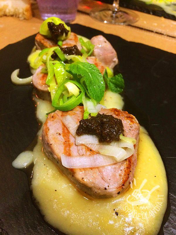 Se state seguendo una dieta leggera, i Filetti di tonno ai porri e pesto di olive sono un piatto perfetto. Gustosi, raffinati e anche facili da realizzare!
