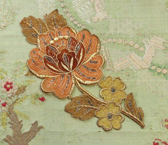 Antico applique bella maggior parte tagliare. Si tratta di un filo sottile di metallo oro in oro su una base sagomata multi ombreggiata cotone organza rosa. Il centro del fiore ha petali 3-d. Ci sono anche gli accenti profondi peltro glitter. Ottime condizioni, misure 3.5x7.