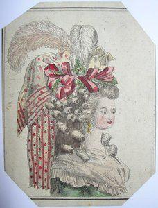 DEUXIEME MOITIE DU XVIIIE SIECLE. COIFFURE DU XVIIIE SIECLE. Petit morceau de gravure du XVIIIe siècle peinte à la main, représentant une dame coiffée à la mode de l'époque. Sa coiffure a toutes les caractéristiques d'alors avec des plumes, rubans, tissus, végétaux (fleurs, rameaux réels ou faux), boucles en échelles ...