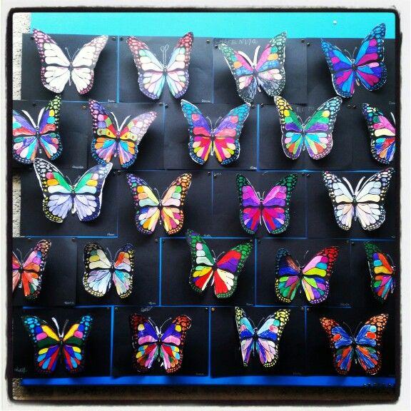 Knutselen groep 4. 3D vlinders. Eerst een kleurplaat in kleuren. Op een zwart blaadje plakken. Vlinder uitknippen. En alleen het lijfje vast plakken op zwart papier. Nu lijkt het net 3D.