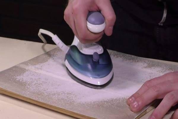 Tégy egy kis sót sütőpapírra, majd kezd el dörzsölni vasalóval. Az eredmény bámulatos!