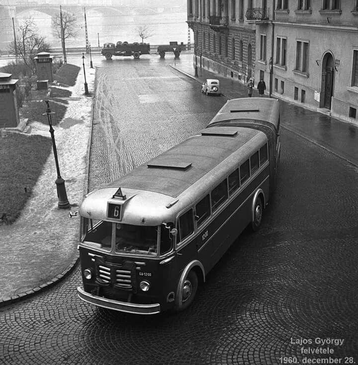1960. Az első csuklós busz a  Bem téren