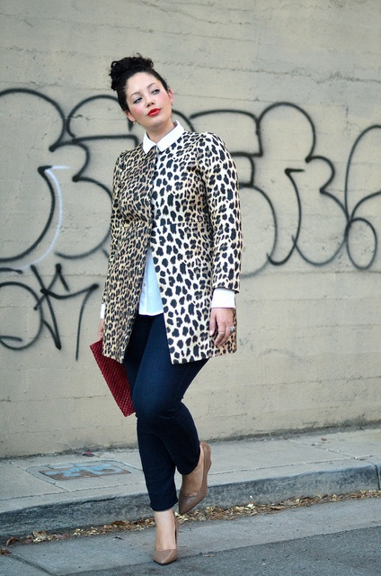 Leopard Graffiti - De donkere broek houdt je benen slank en de jas valt mooi over je heupen Voor een volslanke kegel