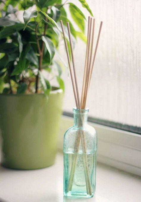 Raumduft selber machen glasflasche-ätherische-öle-stäbchen-rezept