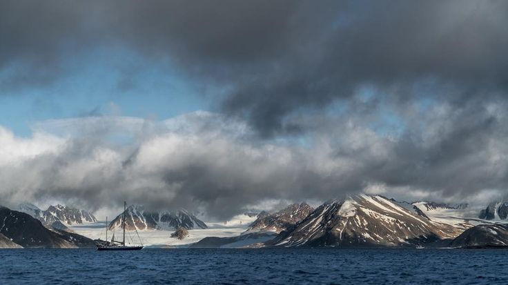 Four seasons of the year, day and night, rain and sun - all simultaneously? Yes! 😄❄️🌤🌬🌊⛈🌓 #sonya7RII #Arctic #NorthPole [ Location: Svalbard, Norway ] #BurnTheBucketlist 🔥 Follow us on Facebook or Instagram @burn_the_bucketlist 😉