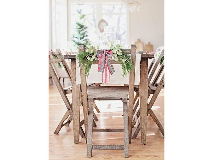 16-Il-Natale- nordico-20- ispirazioni-design-scandinavo-decorare-le-sedie-per-natale-fiocco-rosso-piante