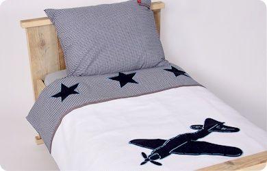 Kinderdekbedovertrek Vliegtuig verkrijgbaar in 1 persoons en junior. Mooie witte wafelstof in combinatie met navy ruitje en jeans sterren en vliegtuig applicatie.