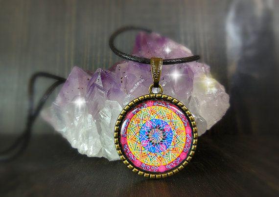 Collana geometrica idea regalo per ottenere la serenità. Gioiello spirituale induista buddista. Rosa azzurro giallo. By DreamingMandalas #italiasmartteam #etsy
