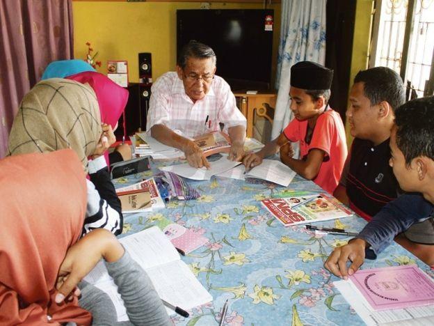 Tidak kenal erti penat mengajar   Yakmad mengajar tuisyen Bahasa Inggeris pada pelajar sekolah menengah di kediamannya di Kampung Tengah Paya Dalam Ayer Molek di sini.  AYER MOLEK - Meskipun sudah hampir 14 tahun bersara seorang bekas guru besar tetap mencurahkan baktinya dengan memberi khidmat tuisyen kepada anak tempatan di kediamannya di Kampung Tengah Paya Dalam di sini. Yakmad Baba 69 sebelum ini menjawat jawatan sebagai guru besar di Sekolah Kebangsaan (SK) Tehel Ayer Molek sebelum…