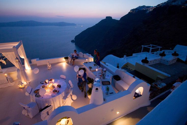Book your suite in one of our hand-picked hotels in Santorini. Luxurious resorts, spa facilities and beautiful Greece at your feet!
