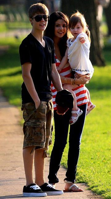 justin bieber and selena gomez     http://www.geekystuffs.net
