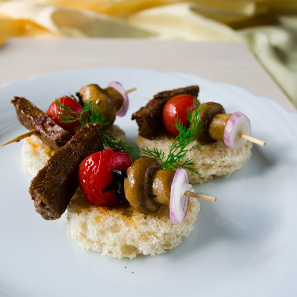 Beef tenderloin canapes recipe cherries we and beef for Beef canape ideas