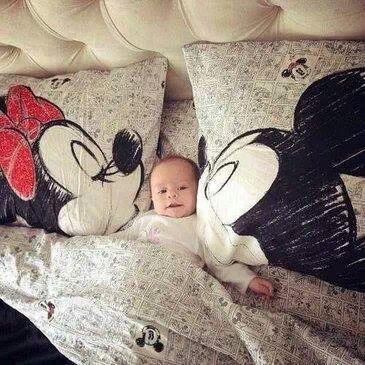 Due federe personalizzate con la foto di Topolino e Minnie.... ma il bambino in mezzo è reale!! :)  La fantasia non ha limite.