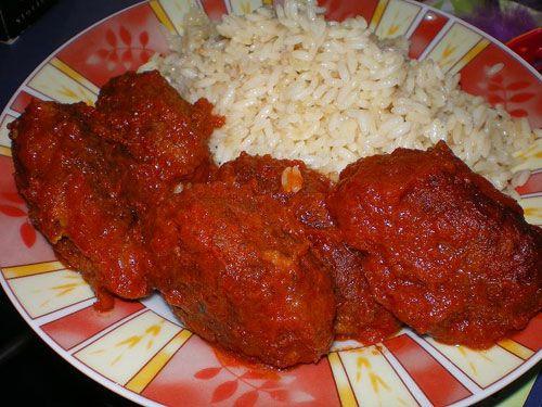 Τα Σουτζουκάκια σμυρνέικα με μαυροδάφνη έχουν σαν συνοδευτικό το ρύζι ή τον πουρέ