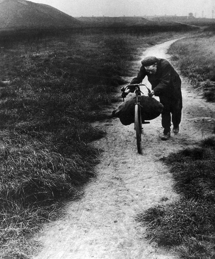Coal searcher going home - Bill Brandt