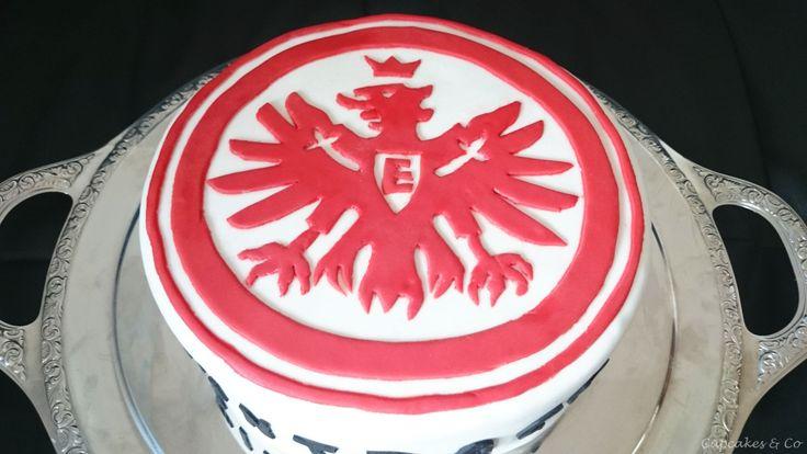Heute habe ich eine ganz besondere Torte für Euch, eine Eintracht Frankfurt Motivtorte. Diese Torte habe ich zum Geburtstag von meinem Schwager in spe gemacht. Es sollte eine besondere Torte werden…