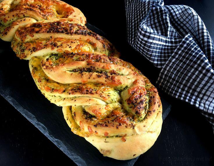 Nemt og lækkert, flettet madbrød med pesto og ost - perfekt som tilbehør eller snack. Pestoen kan udskiftes med tapanade, friskost eller måske Nutella.