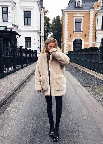 Instagramstar Marie von Behrens trägt eine Teddyfelljacke von Monki