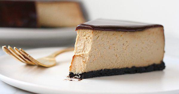 Na cheesecakey nikdy nie je neskoro. Hodia sa vkaždom ročnom období apochutia si na nich takmer všetci. Na svete snáď ani neexistuje človek, ktorý by lahodný tvarohový dezert nemal rád. Tentoraz prinášame recept na fantastický kávový cheesecake, ktorý zvládne každá gazdinka abude chutiť celej rodine. Budete potrebovať: 2 ½ šálky rozdrvených kakaových sušienok 2 PL