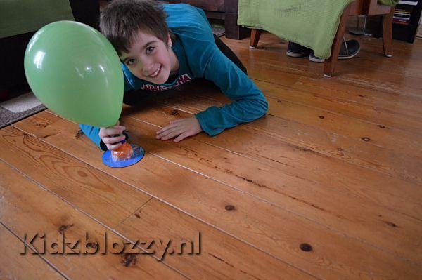 Met een paar simpele dingen die iedereen in huis heeft, kan er wat leuks gemaakt worden. Zo maak je van een flesje, cd en ballon een hovercraft.