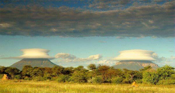 a veces la gente observa nubes lenticulares que se forman en los picos de las montañas cerca de Omataco Otijiwarongo. Namibia.  sin embargo nunca se duplican al mismo tiempo. claro esta es una excepción a la regla.